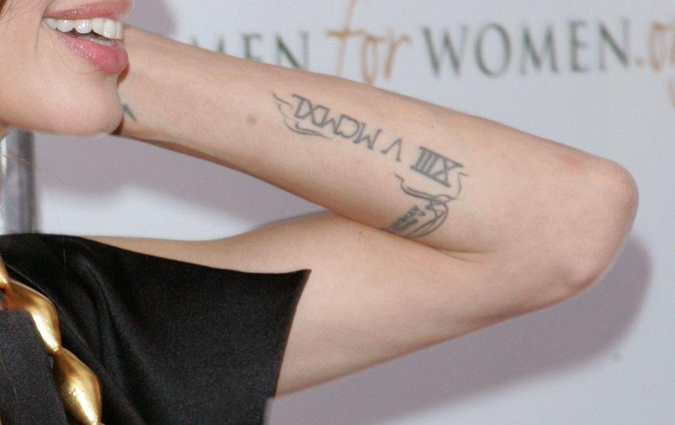 Conosciuto Tatuaggi Angelina Jolie, il significato IH79