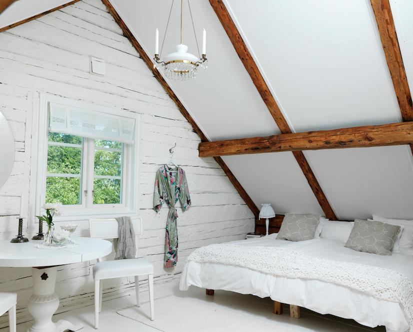 Come arredare una mansarda bassa - Camera da letto sottotetto ...