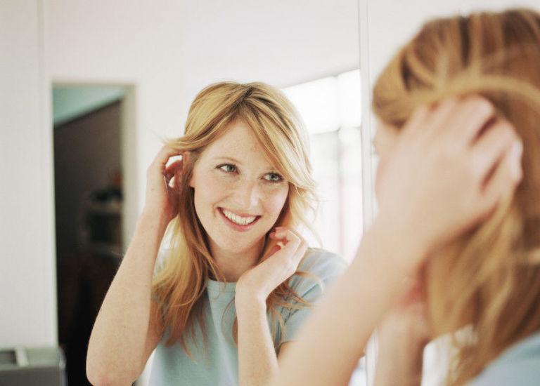 [Immagine: gallery-1475515239-donna-sorride-allo-specchio.jpg]