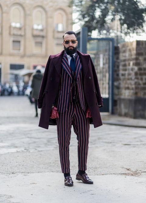 Va bene essere ricercati, abbinati e ben vestiti, ma quando il look ha tutta l'aria di essere stato studiato a puntino c'è qualcosa che non funziona. In questo outfit è tutto troppo: color burgundy ovunque (il cappotto, i guanti, la stampa dell'abito) accostato al blu della cravatta e delle righe del completo. La cosa più sbagliata di tutte, però, è l'abito sartoriale gessato in versione multicolor: un lookdegno di un contemporaneo Marlon Brando ne Il padrino.