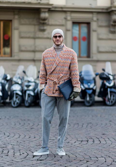 Per quanto il cappotto a vestaglia sia di tendenza per la moda femminile, per l'uomo è tutta un'altra storia. Va bene essere originali e avere un look che va al di là della giacca e cravatta, ma dare l'impressione di essere appena usciti dalla doccia, per un maschio, non è il massimo dello stile.
