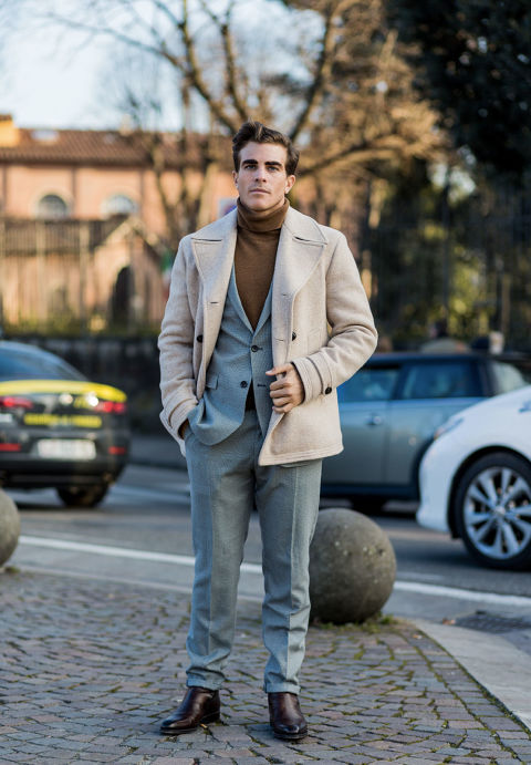 Elegante e senza tempo, il cappotto doppiopetto è uno di quei capi moda uomo che non possono mancare nel guardaroba maschile. Dal fascino classico, può essere reso contemporaneo se scelto in tonalità inconsuete, come questo color panna. Il tocco in più? Abbinarlo a un abito sartoriale in nuance polverose, come l'azzurro cenere.