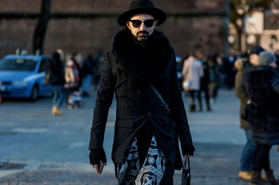 Va bene voler stare al caldo, ma il collo di pelliccia, per giunta su un uomo, è too much: meglio optare per una sciarpa in cashmere, avvolgente e sempre di moda.