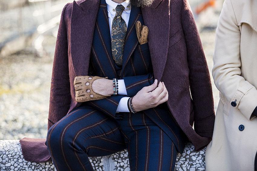 Un paio di guanti di pelle, oltre a essere un valido alleato nei giorni più freddi dell'anno, può dare una marcia in più allo stile del tuo uomo: da valutare un modello particolare, come questo color cuoio ricco di dettagli e impunture.