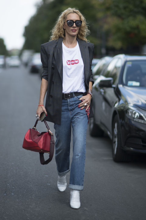 Come indossare t shirt bianca e jeans in 15 look for Ufficio sinistri t shirt